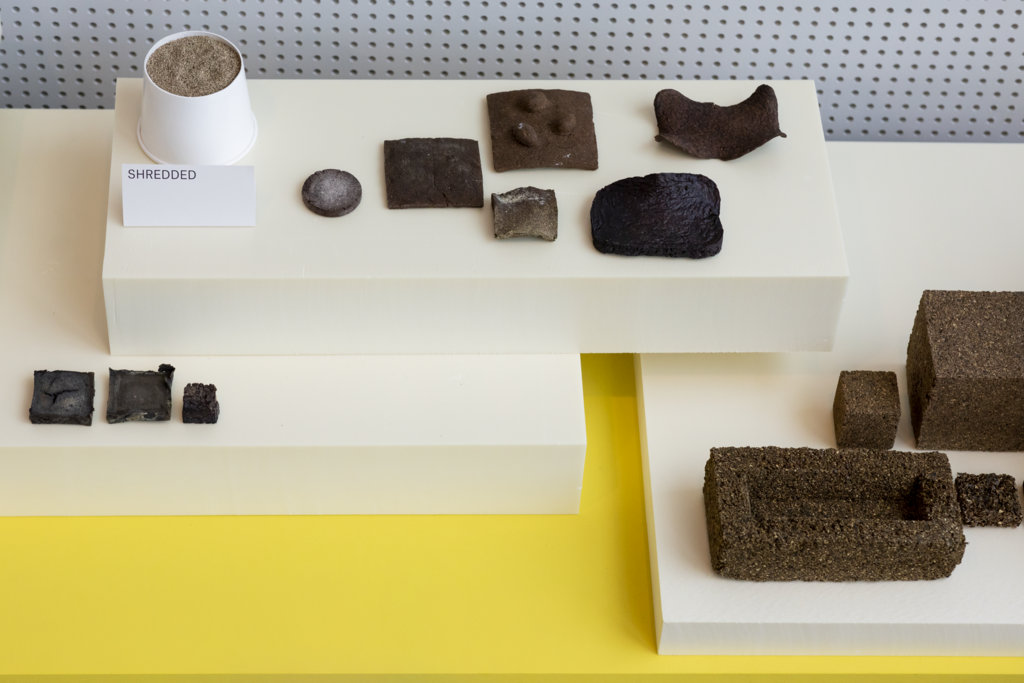 Gedroogd en vermalen wier en vormproeven. Rechtsonder: geperst wier tot baksteen formaat (foto: Ernie Buts).
