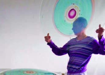 Marc Mulders met gebrandschilderd glas aan het werk bij GlasLab Den Bosch.