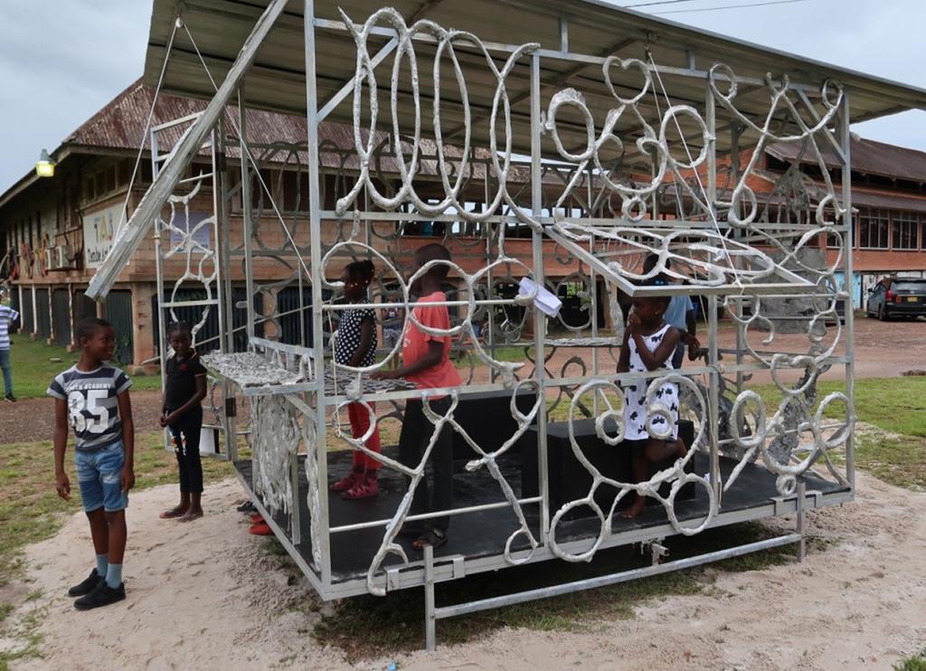 Dirk van Lieshout, 'Reisburo', 4 x 2,5 x 2,5 meter, gemonteerd op een zelfgefabriceerd onderstel door metaalbewerker Eddy Asmoredjo (foto: Dirk van Lieshout).