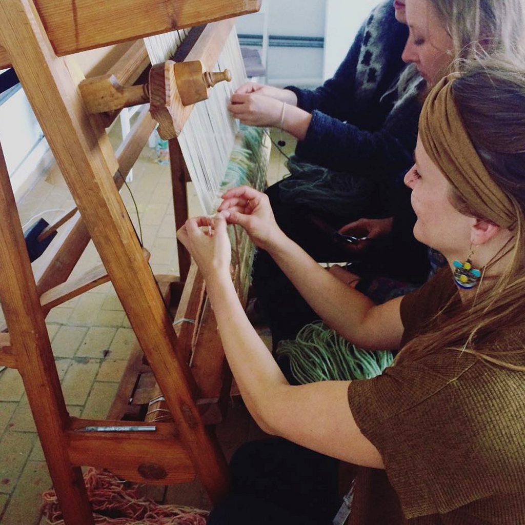 Gemeenschappelijke knopen 'Berber style' met andere residenten op het verticale weefraam (foto: Rosa Smits).