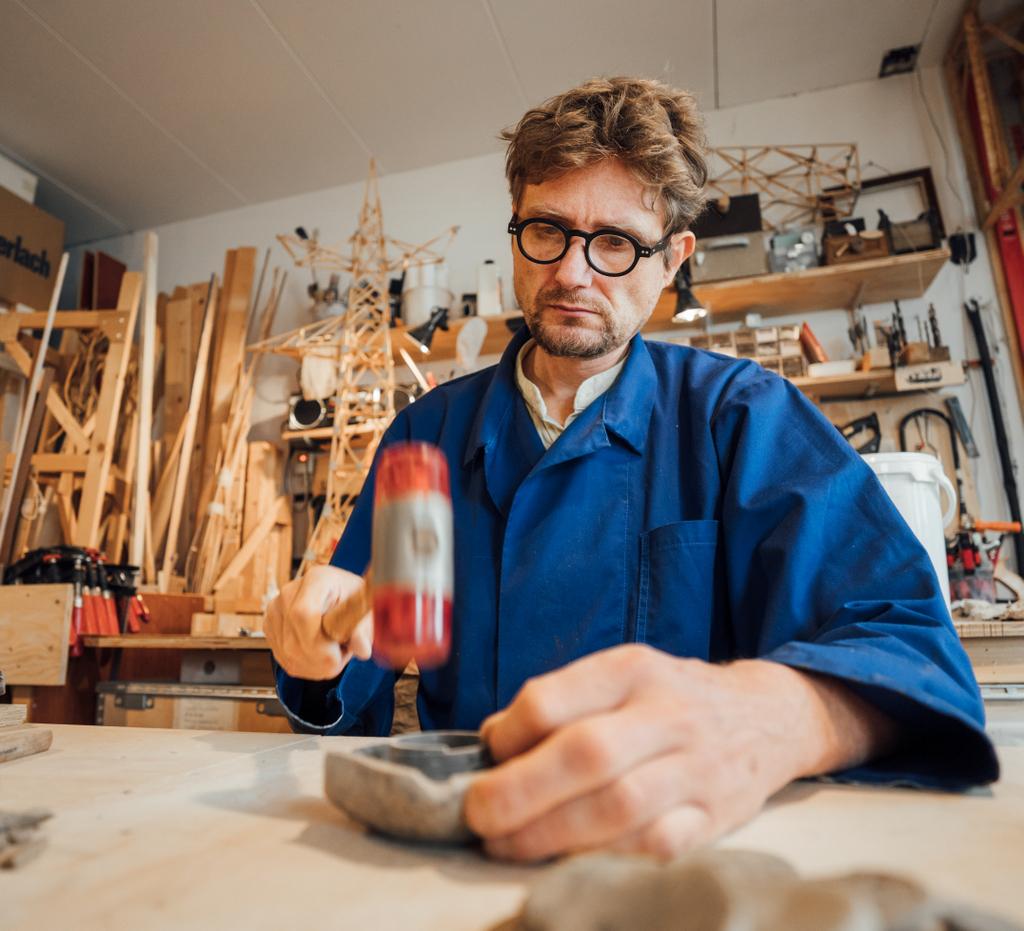 Tilmann Meyer-Faje in zijn atelier (foto: Auke Hamers).