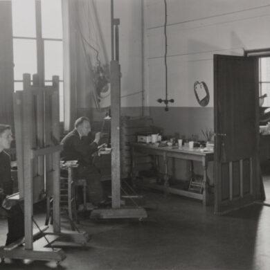 Restauratoren Bertus Vorrink en Henk Plagge aan het werk in het schilderijenrestauratie atelier, 1950.