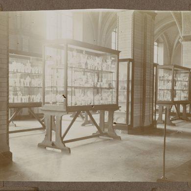 Glas tentoongesteld in het Rijksmuseum in houten vitrines, 1927 (foto: Rijksmuseum Historisch Archief).