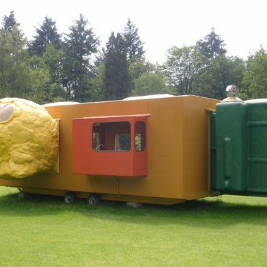 "Joep van Lieshout, ""Mobile Home for Kröller-Müller"", 1995, glasvezelversterkt polyester, polyurethaanschuim, glas, metaal, rubber, 325 x 1025 x 750 cm (collectie Kröller-Müller Museum, kKM 127.508, foto: Sanneke Stigter/Kröller-Müller Museum)."