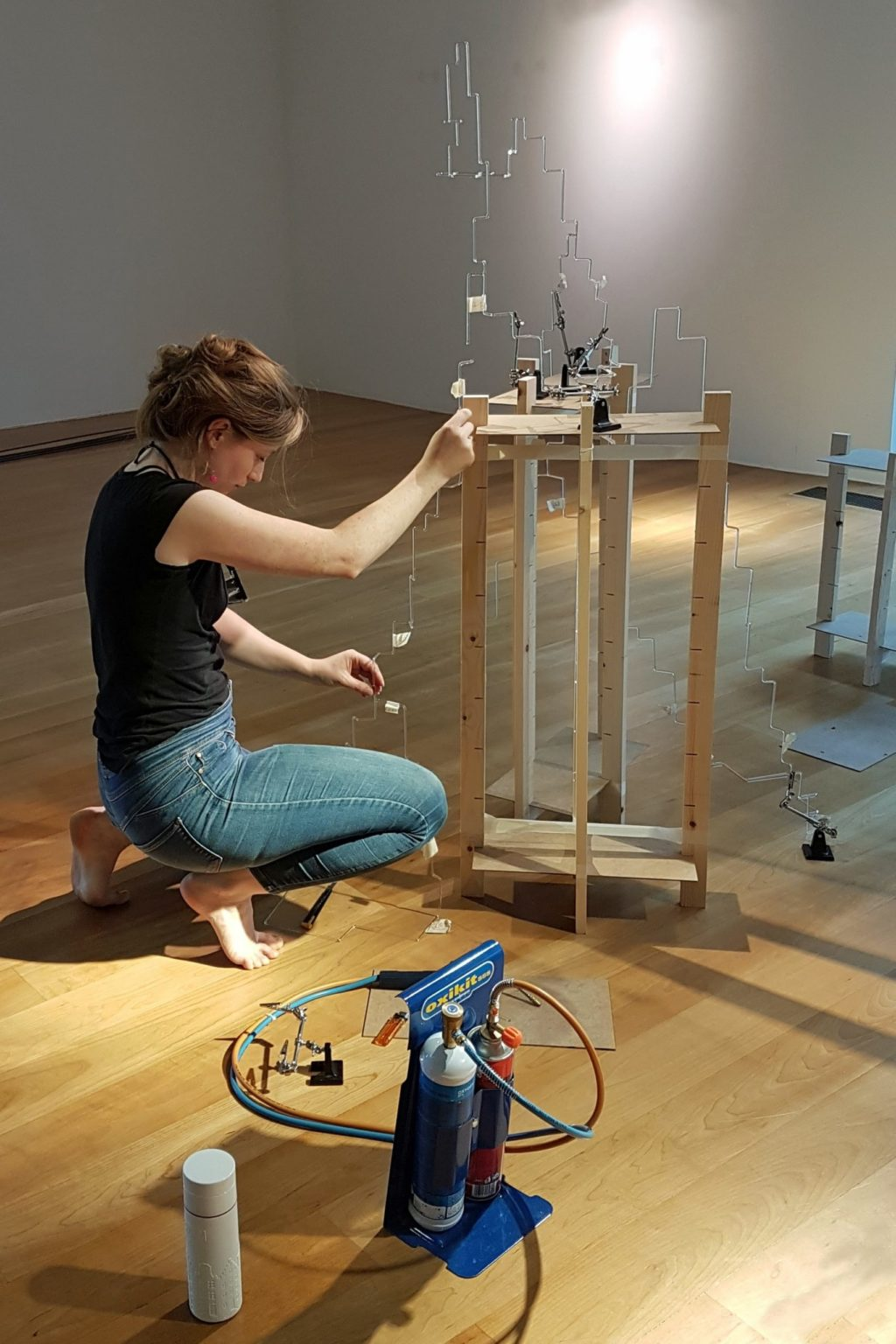 "Judith Roux, ""On the Way"", glas- en geluidinstallatie (foto: Jens Pfeifer)."