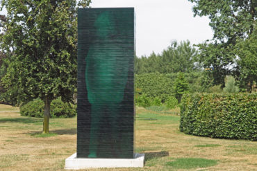 """Herman Lamers, """"Aden negatief (De Grote kleine reus)"""", 2019, floatglas, 100 x 140 x 400 cm (foto: Harald Schole)."""