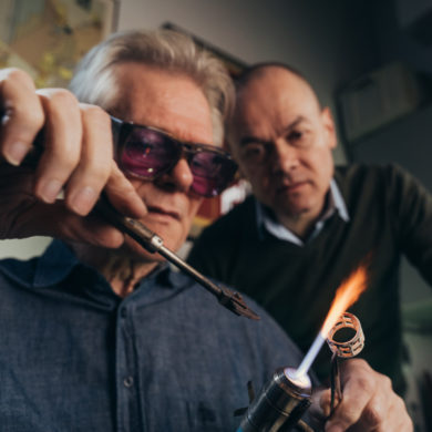 Sieraadontwerper Evert Nijland (r) in de glaswerkplaats van Edwin Dieperink (foto: Auke Hamers),