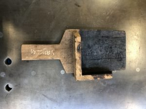 Om de interne spanning in het gegoten glas te elimineren wordt het gekoeld in een zogenaamde koeloven op 505 ˚C. Na het uitgieten kan het nog hete glas niet meer worden aangeraakt met gereedschappen van metaal, wel van hout (foto: Anna Carlgren).