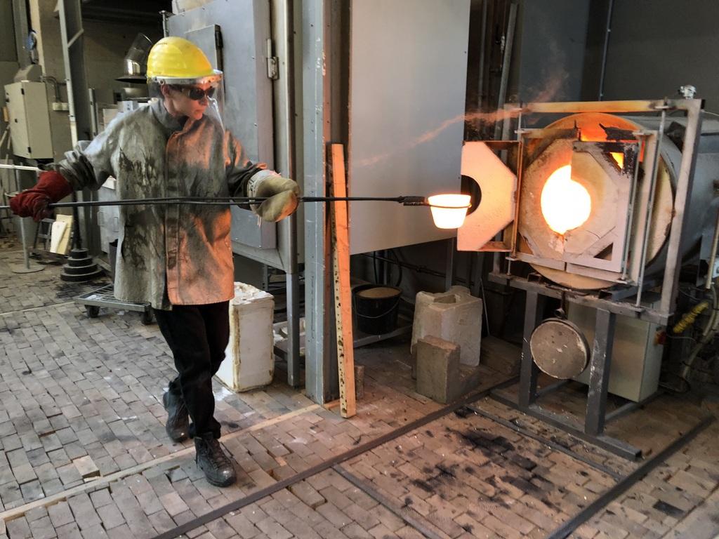 Als het gesmolten glas wordt uitgegoten is de temperatuur 1160 ˚C (foto: Anna Carlgren).
