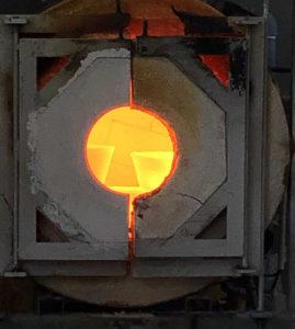 Kleurglas smelten op de Gerrit Rietveld Academie in 2019.