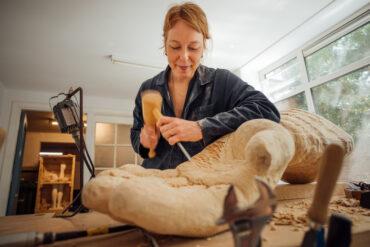 Femmy Otten in haar atelier (foto: Auke Hamers).