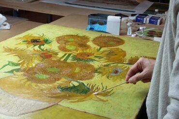 Prof. dr. Ella Hendriks, voormalig hoofd restauratie van het Van Gogh Museum, bij vernisverwijderingstesten van De Zonnebloemen (eigenaar Van Gogh Museum, Amsterdam (Vincent van Gogh Stichting)).