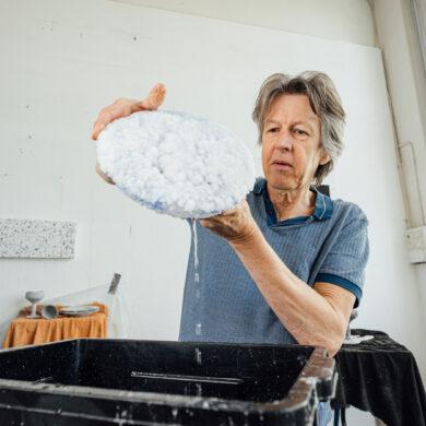 Kees de Vries in zijn atelier - foto Auke Hamers
